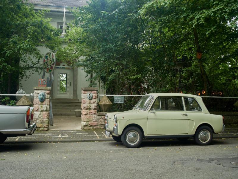 Eingang zu Haus und Garten — die Autos davor stehen nicht immer dort, haben aber Stil!