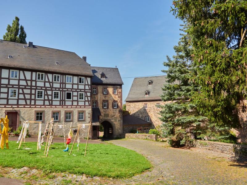 Tor der Vorburg von Innen und Wirtschaftsgebäude
