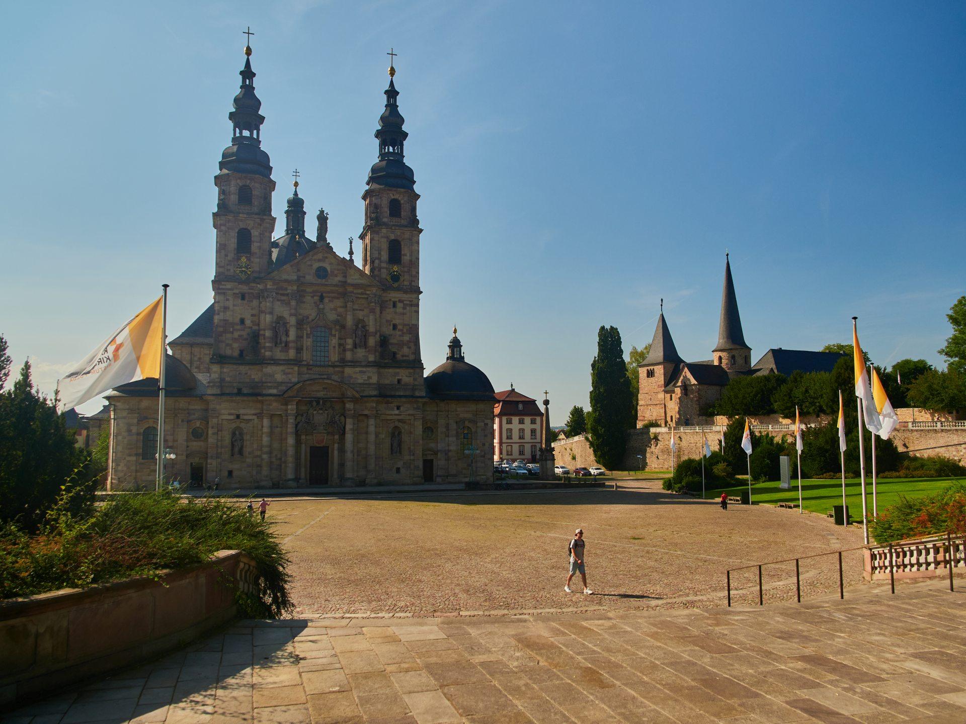 Rechts die Michaelskirche (822), links Dom St. Salvator (1712) und Domplatz