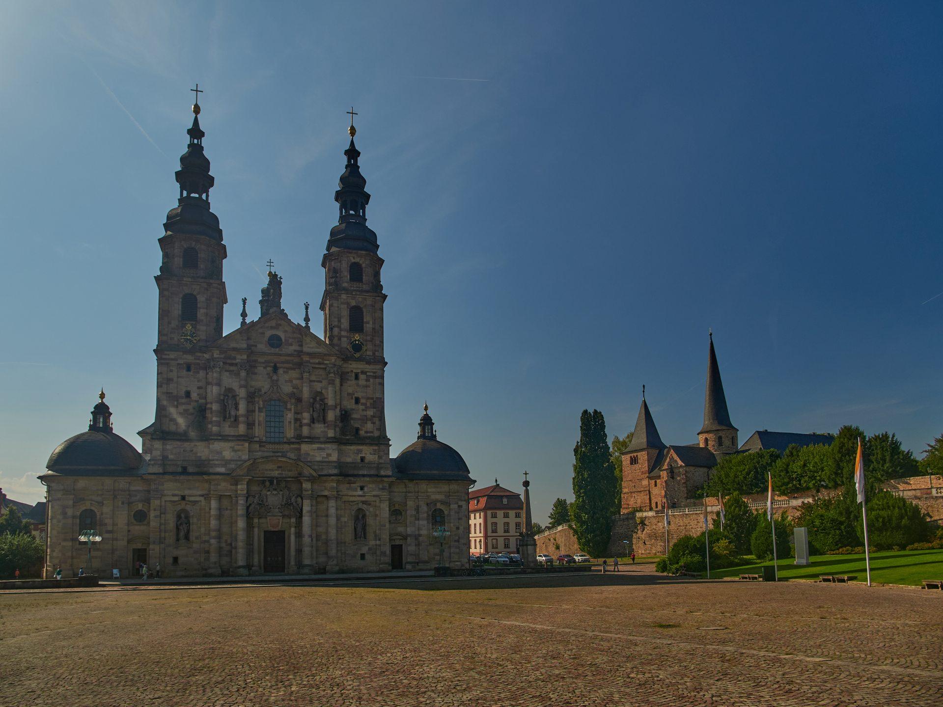 Der Fuldaer Dom — rechts die Michaelskirche
