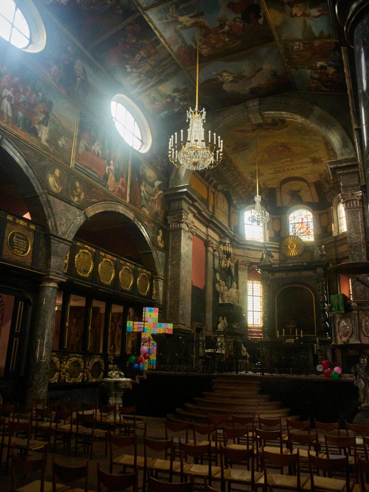 Das Deckengemälde im Chor wurde 1725 geschaffen, wie auch der gesamte Chor in diesem Jahr als Gedächtnisstätte für die Grafen von Nassau-Idstein ausgebaut wurde.