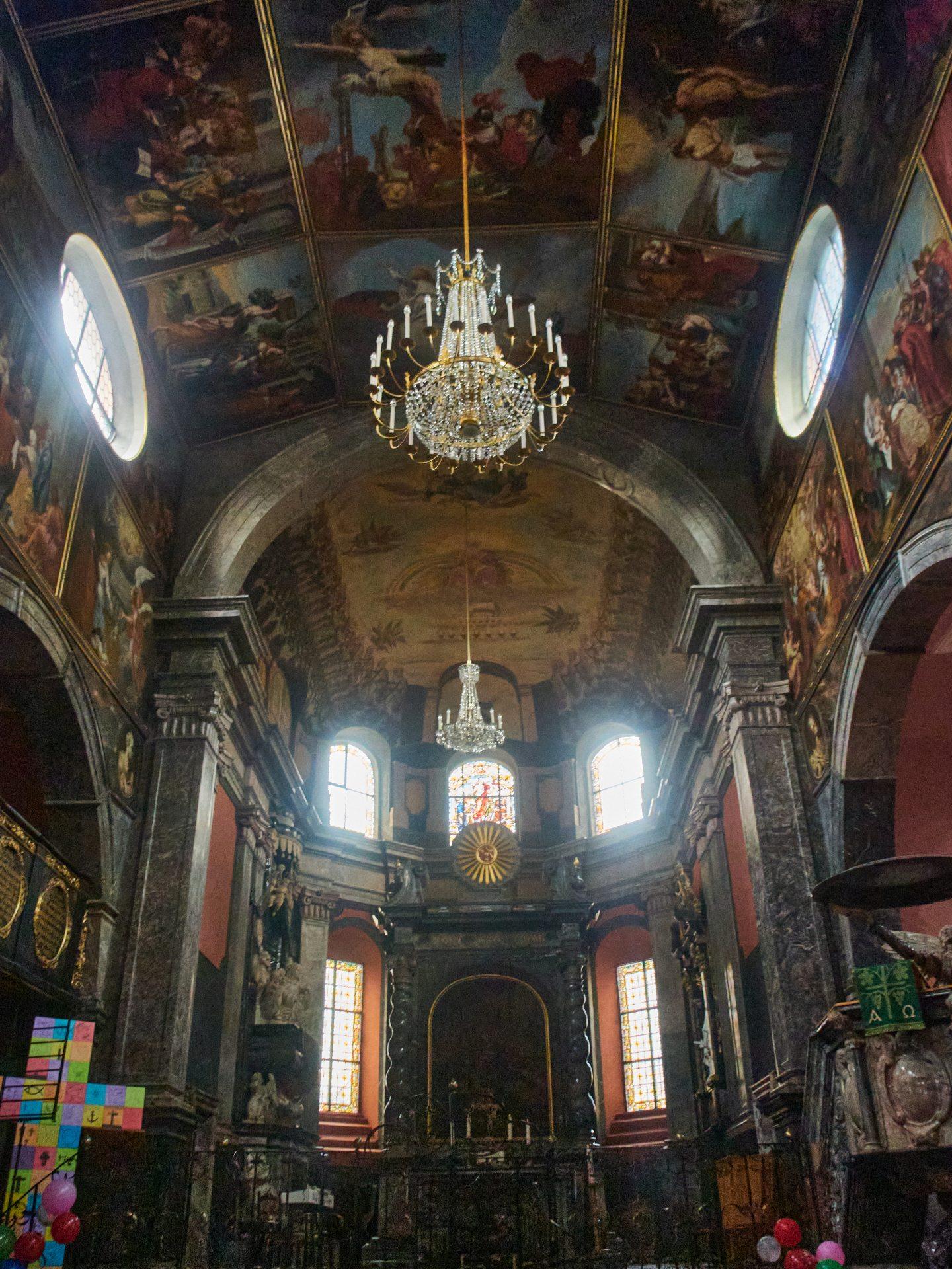 Die um 1330 erbaute Kirche wurde 1667-77 durch den Grafen Johannes von Nassau-Idstein, genau in der Zeit der Hexenverfolgung, prächtig durch Schüler der Rubensschule ausgeschmückt.