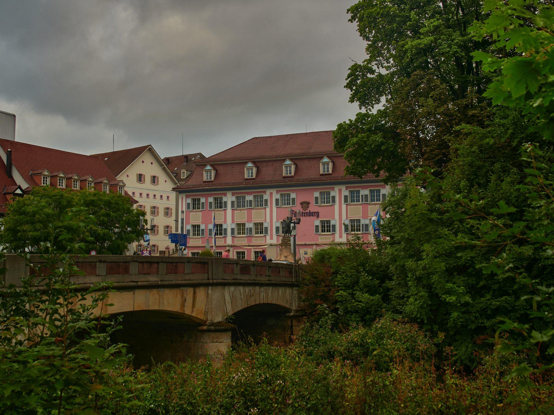 Fürstenberg Bräustüble mit Statue der Diana und Brücke über die Brigach, einen der Flüsschen, aus denen die Donau werden wird