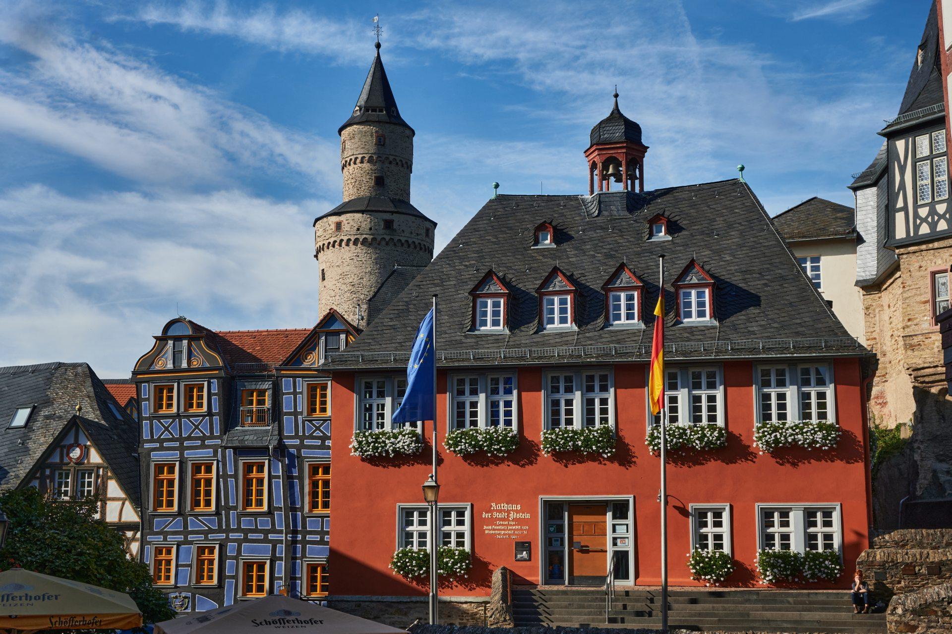 Idstein — links in blau das schiefe Haus von 1727, im Zentrum das Rathaus von 1698c, im Hintergrund der Hexentum — der Bergfried der alten Burg