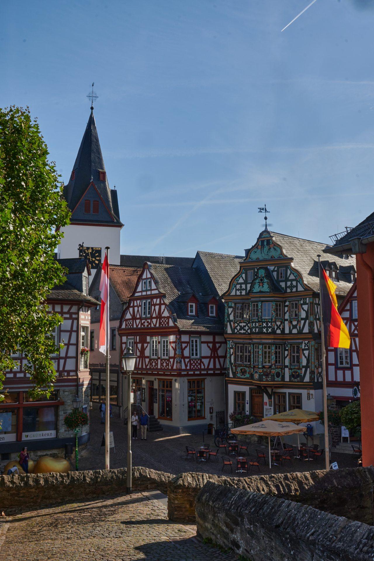 Marktplatz — rechts das reich verzierte Killingerhaus von 1615, eines der kunsthistorisch bedeutendsten Fachwerkhäuser in Deutschland