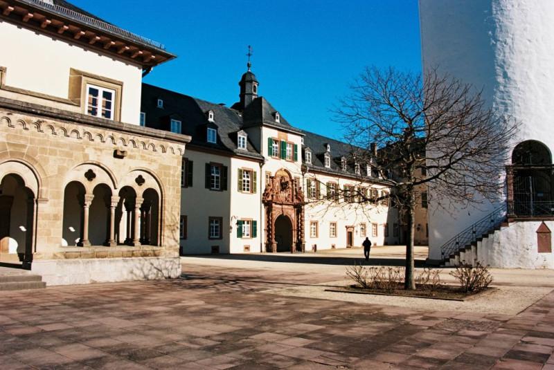 """Der Schloßhof - am rechten Bildrand der """"weiße Turm"""" als Überbleibsel der alten Burg"""