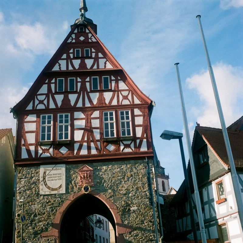 Das historische Rathaus wurde 1479 auf den Überresten gotischer Stadttore erbaut. Seine Geschichte ist eng verknüpft mit der Geschichte der Stadt Oberursel.