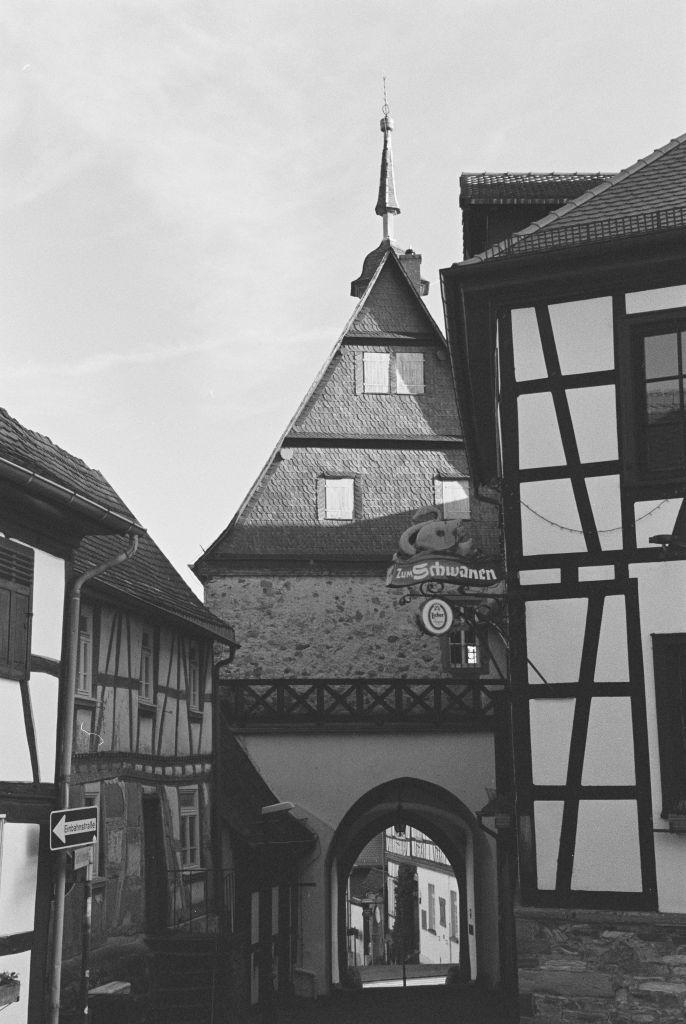 das historische Rathaus und dahinter das Vortaunusmuseum