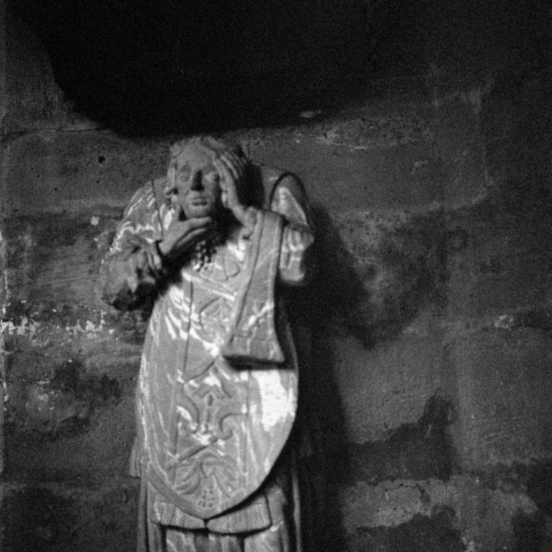Im Kreuzgang des Mainzer Doms findet sich diese Statue des heiligen Dionysius, oder Saint Denis (von Paris).Schaffte der Klaus Störtebeker nicht einmal, seine Mannschaft komplett abzulaufen, nachdem er geköpft wurde marschierte Dionysius noch 6 Kilometer von seiner Richtstätte - an dieser Stelle steht nun die Grablege der französischen Könige, die Kirche Saint-Denis.