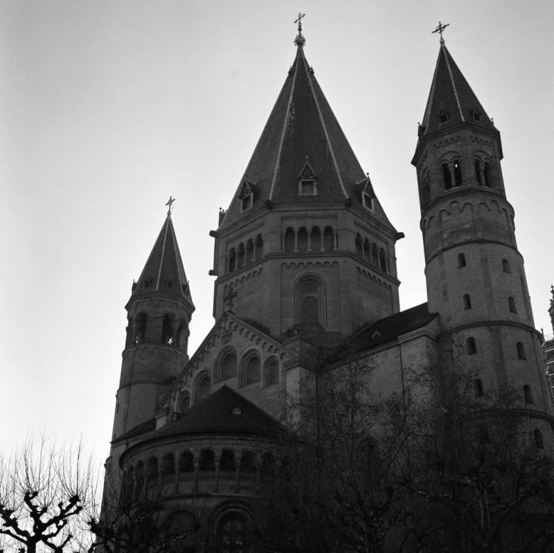 Mainz war bereits zu römischer Zeit eine bedeutende Stadt. Die Ursprünge des Doms gehen bis in das 7.Jahrhundert zurück, auch wenn die ältesten sicht- und datierbaren Bauteile von ca. 960 stammen.