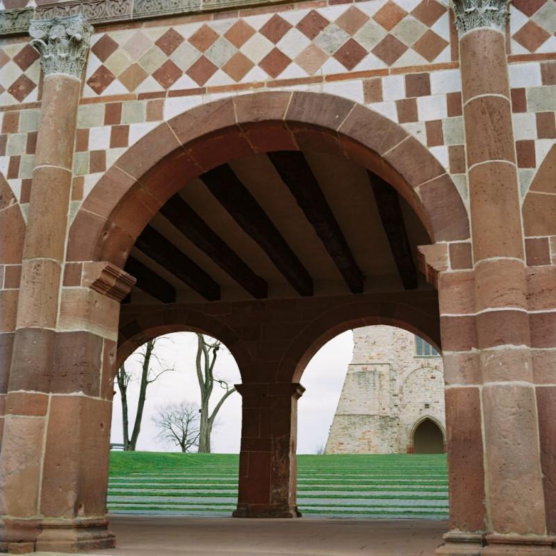 """Das """"Torhaus"""" und dahinter die Kirchenruine"""