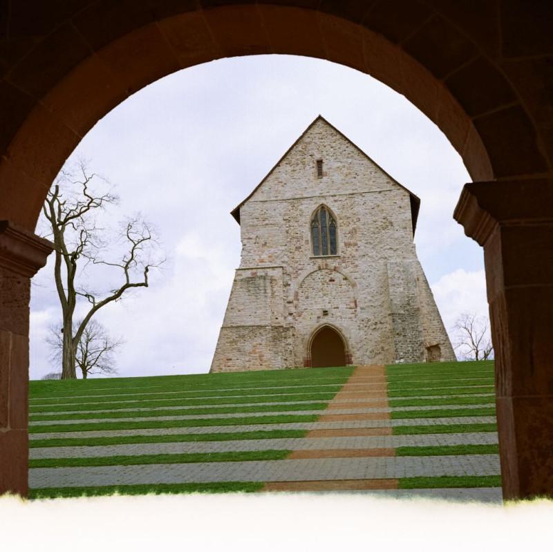 Blick von der Königshalle zum Kirchenfragment