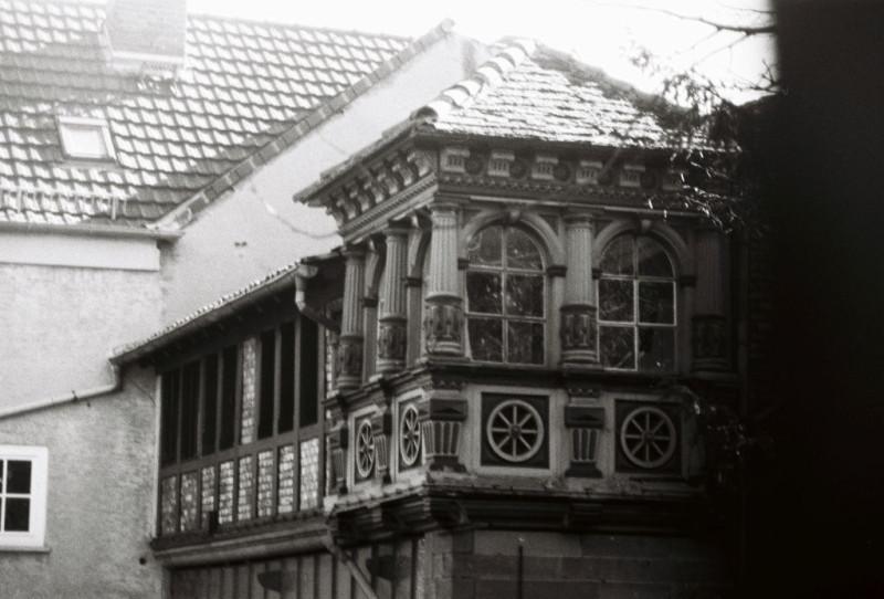 Eine schöne alte Fassade inmitten 50er-Jahre Bausünden