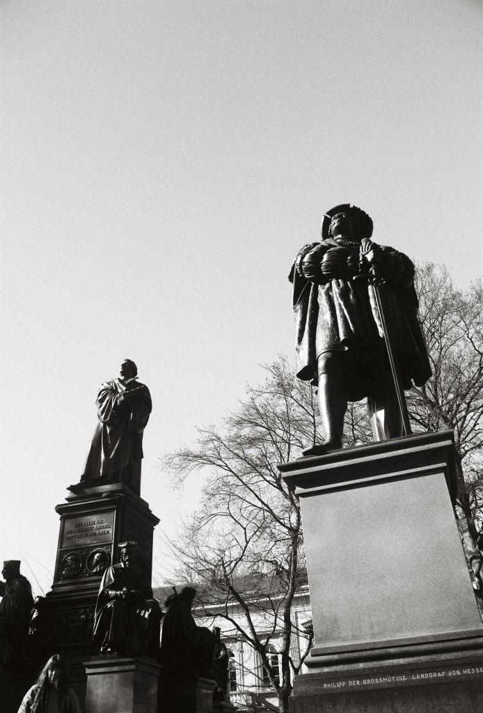 Der großmütige Philipp am Lutherdenkmal