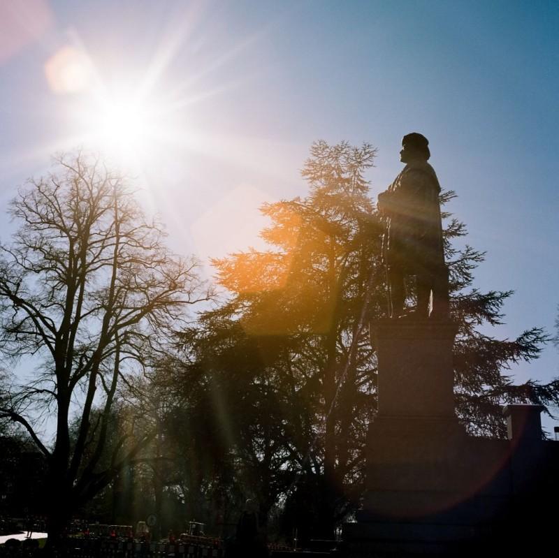 Der großmütige Philipp - Gründer der Marburger Universität - war einer der ersten Förderer der Augsburger Konfession. Ihm haben junge Protestanten den beliebten Konfirmandenunterricht zu verdanken, der hessische Landeswohlfahrtsverband und auch die althessische Ritterschaft bestehen immer noch. Die Vermögenssteuer war seinerzeit revolutionär, weil sie sich an der Zahlungsfähigkeit der Besteuerten orientierte.