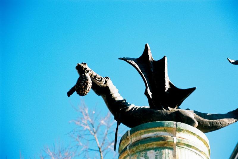Fafnir - nach der Völsinga saga ein begabter Sohn eines Zwergenkönigs (mein Sohnemann besteht darauf!). Er erscheint auch in Wagners Ring und natürlich im Niebelungenlied, wo er den Hort bewacht und von Siegfried mit seinem Schwert Gram getötet wird. Durch das Bad in Fafnirs Blut wird Siegfried unverwundbar