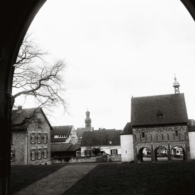 Blick aus der Kirche zum Torhaus und Städtchen