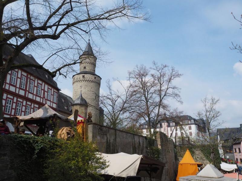 malerisch das Szenario mit liebevoll gestalteten Ständen, dem Hexenturm und dem landgräflichen Schloß
