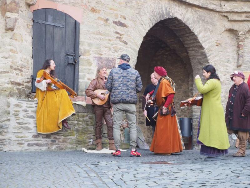 Nycklharpa oder Schlüsselfidel sind bei Mittelalterensembles zur Zeit recht populär, entsprechen aber wie die Wandervogellaute eher den  folkloristischen als den historischen Vorbildern.  Das Cithrinchen dürfte auch der nordischen Folklore entstammen