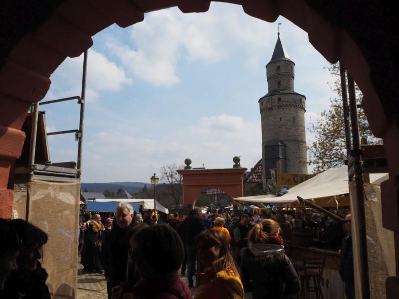 Blick von der Torhalle des Schloßes - nein! wir waren nicht alleine dort