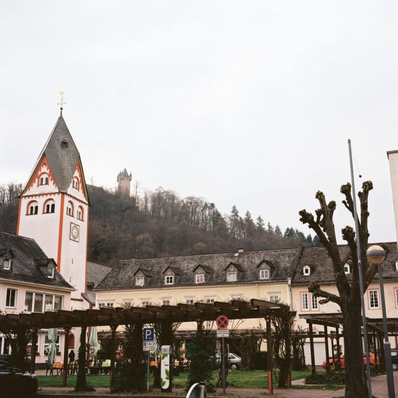 Centre Ville - im Hintergrund auf dem Hügel (und der anderen Lahnseite) die Burg Nassau - Stammhaus der Luxemburger und Niederländischen Fürsten
