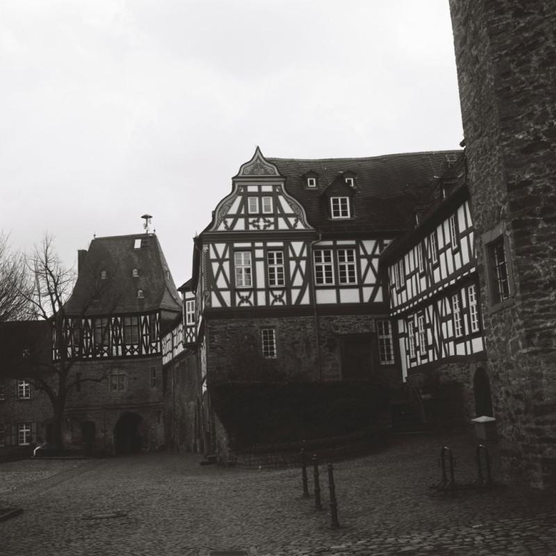 Blick auf die Überreste der nassauischen Burg mit dem Tor in Richtung Stadt, dem Amtsgericht, in dem die Hexenprozesse stattfanden und am rechten Bildrand der eckige Turm, in dem die Hexen wohl tatsächlich gefangen gehalten und gefoltert wurden