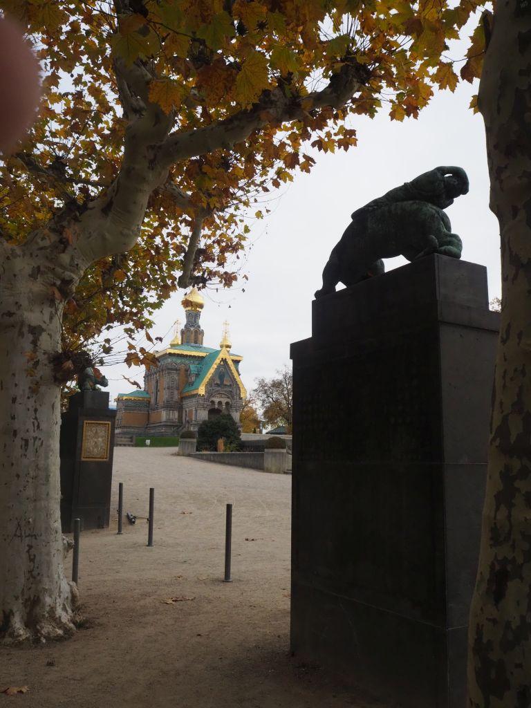 Eingangspfeiler zum Plantanenhain: rechts Leopard, der die Nacht trägt, links (verdeckt) ein Silberlöwe, der den Tag trägt