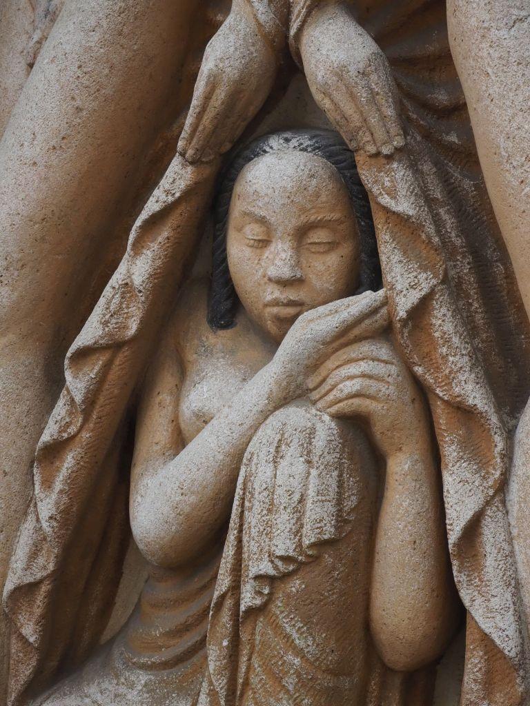 Schlaf GESTALTEN SAGT MAN STERBEN HIN ENTSTAMMEN DEM WAS NICHT ERSTIRBT WAS UNERMESSLICH NIE VERSIEGT (Zweiter Gesang der Bhagavadgita, 18. Vers)