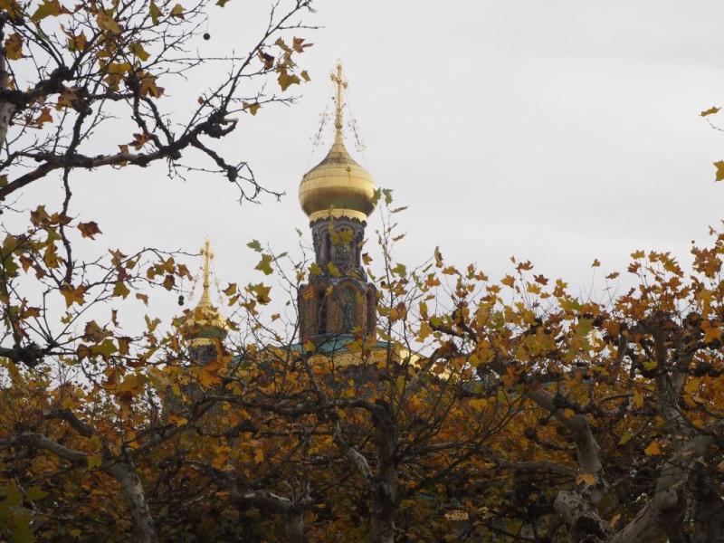 Der russische Zar Nikolaus II. war mit Alexandra (Alix) von Hessen verheiratet und wollte bei seinen Besuchen in Darmstadt nicht auf ein eigenes Gotteshaus verzichten. Darum ließ er diese Kapelle für seine Familie und seinen Hofstaat bauen. Architekt war ein Großvater des Schauspielers Peter Ustinov