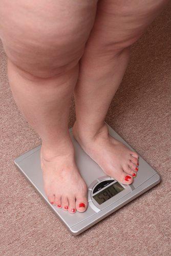 Полная женщина на весах