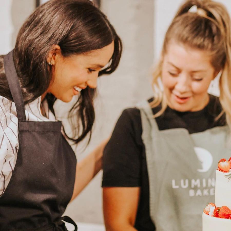 Немного новых фото с визита герцогини Сассекской в пекарню.