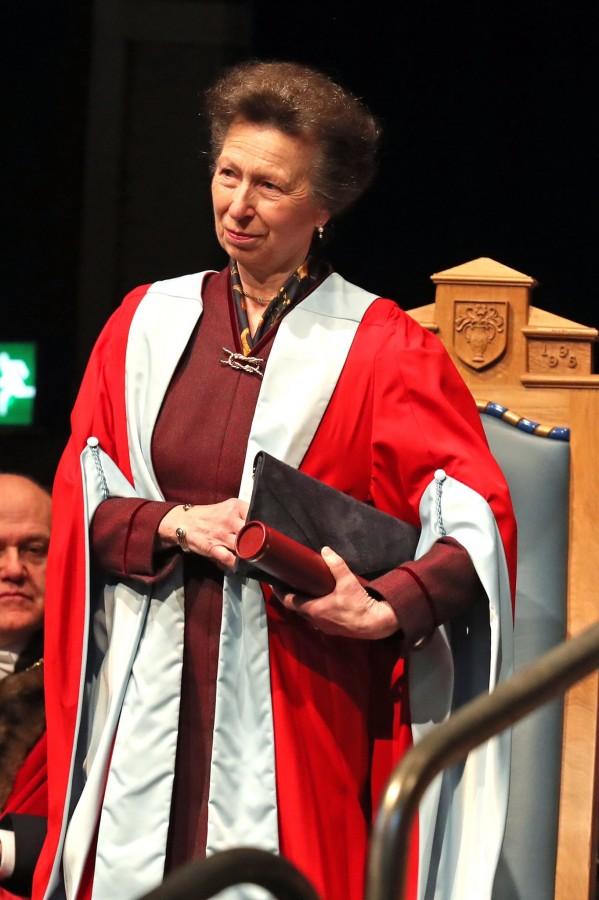 Герцогиня Ротсейская вручила королевской принцессе Анне почетную степень.