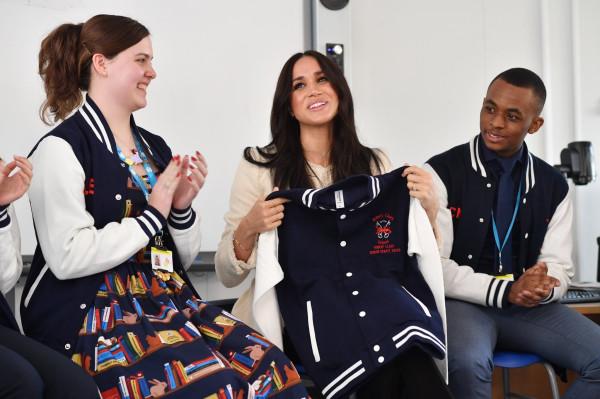 Фотографии с визита герцогини Сассекской в школу в Лондоне.