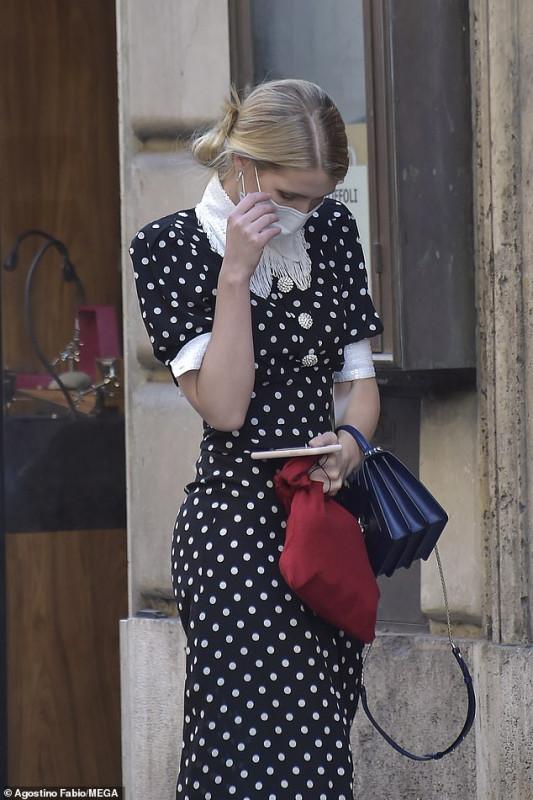 Леди Китти Спенсер на улицах Рима.