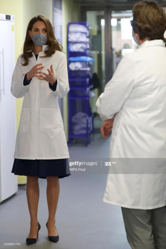 Герцогиня Кэмбриджская посетила медицинский исследовательский центр.