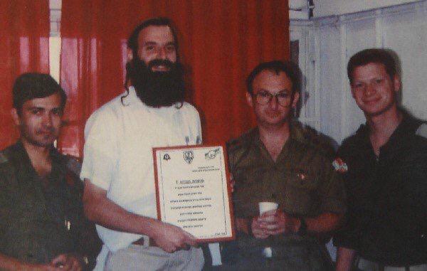 Врач Барух Гольдштейн получает почётную грамоту за самоотверженный труд от медицинской службы армии.