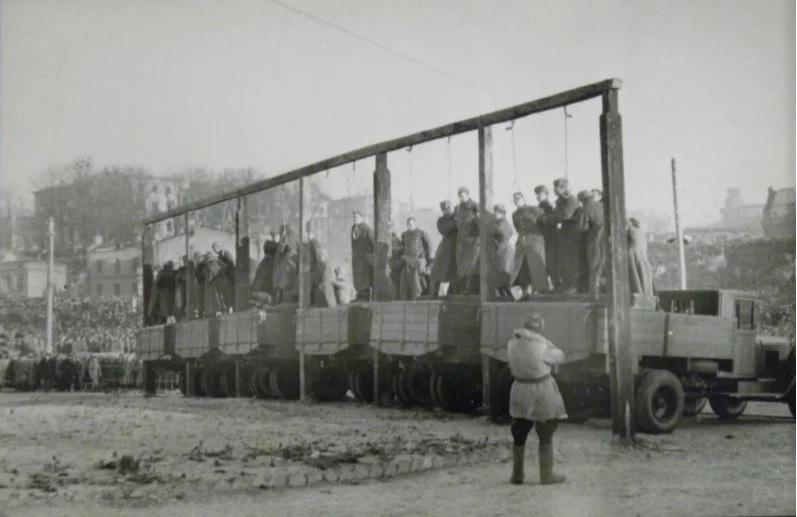 Киевский процесс. Вешают немцев-офицеров полиции.