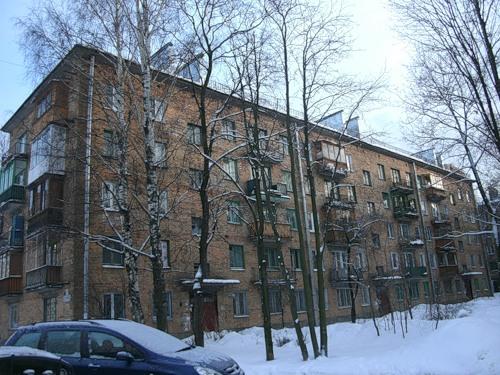 Много лет назад я жил в этом доме в Ленинграде.