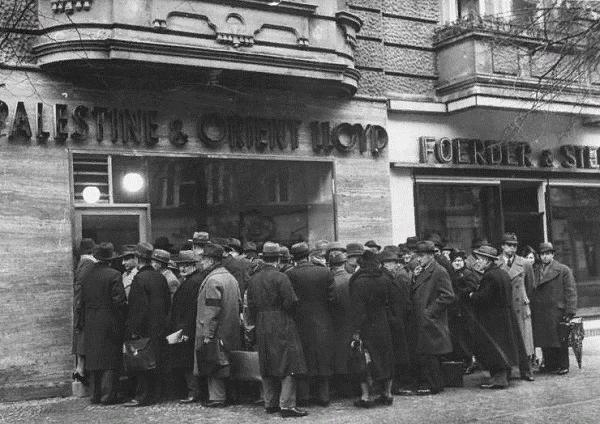 Очередь в бюро по эмиграции. 1939