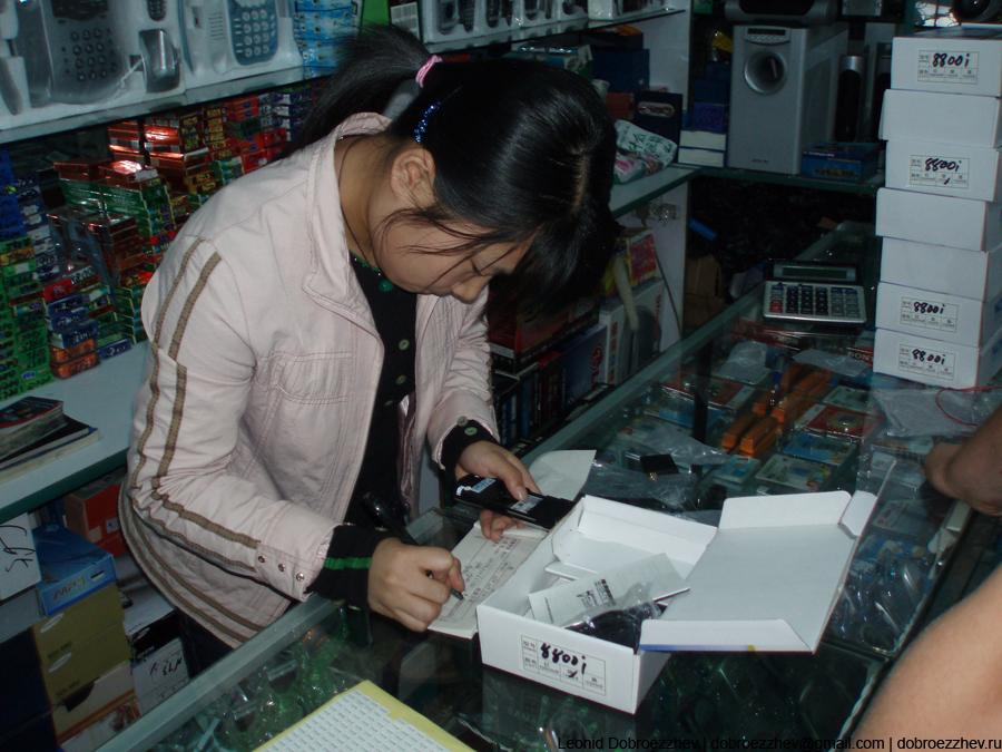 Продавец проверяет товар