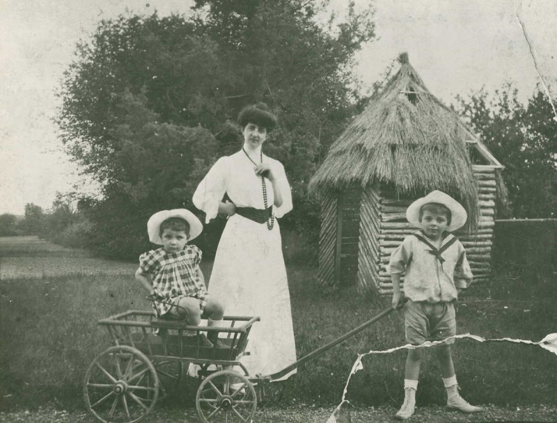С матерью и сестрой на территории замка Ла-Моль