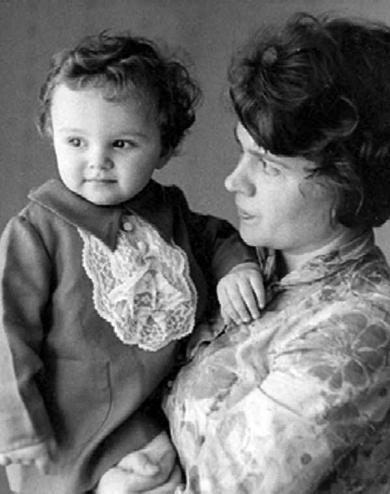 Юлия Рунова с дочерью Верой, начало 1970-х гг.