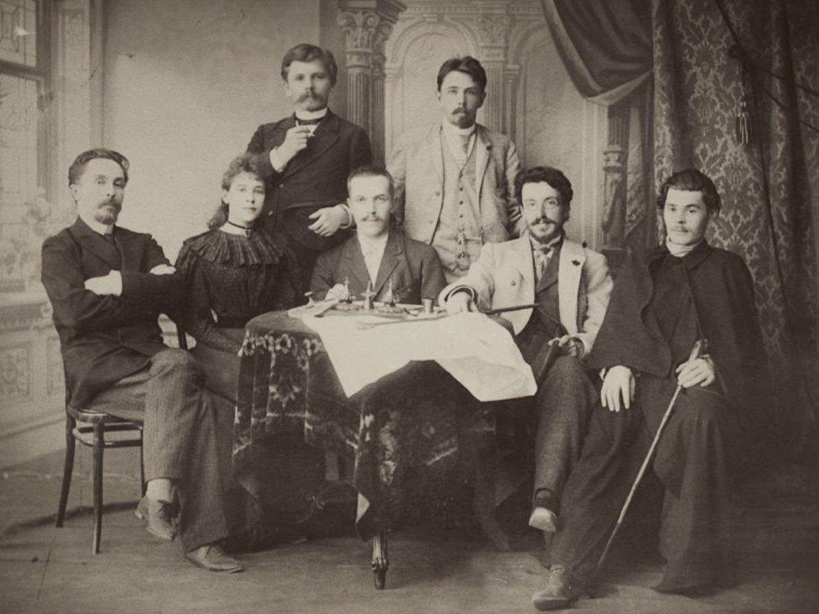 Максим Горький (справа) в группе сотрудников «Самарской газеты», 1895