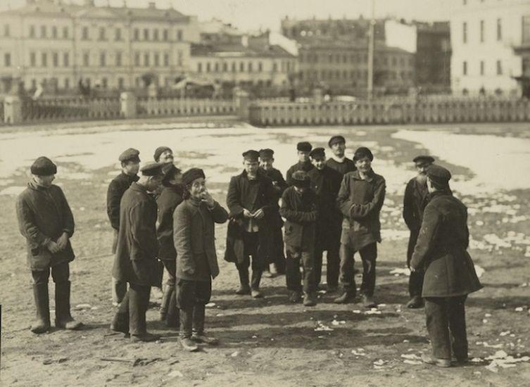 «Хулиганы Санкт-Петербурга играют в орлянку на деньги». Фотография Карла Буллы. Около 1910 года