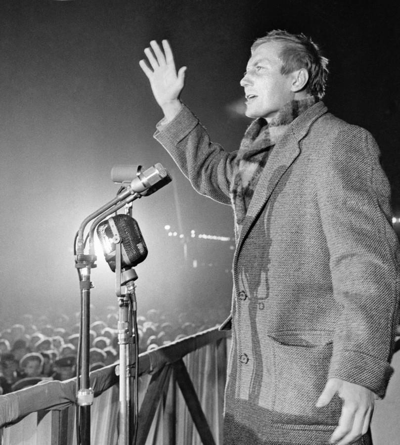 Евгений Евтушенко читает стихи у памятника Маяковскому в Москве, 1960 год