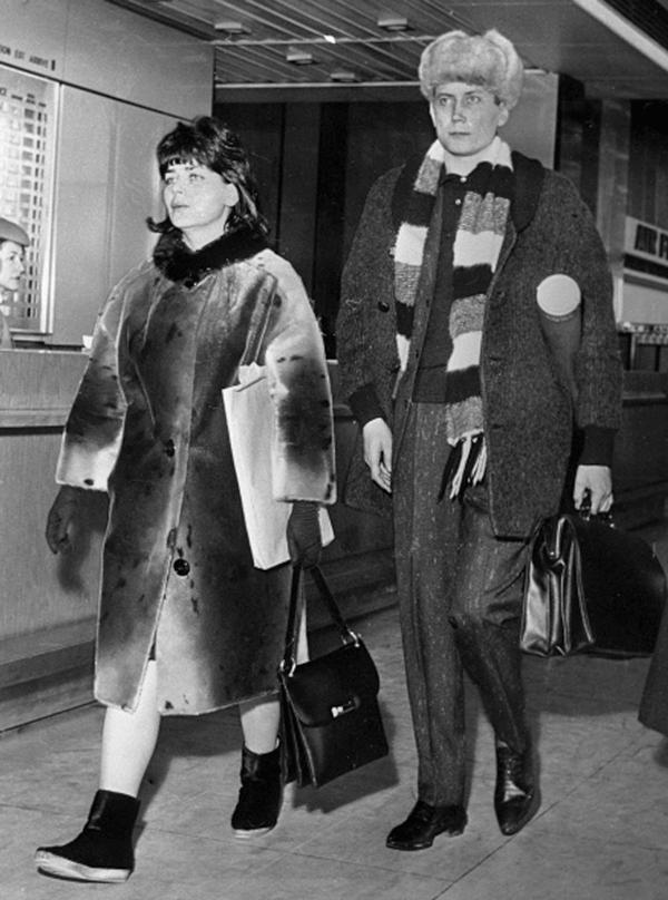Евгений Евтушенко и Галина Сокол-Луконина в парижском аэропорту, 1966 год