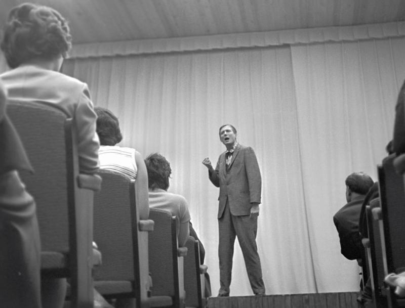 Евгений Евтушенко выступает на конгрессе нейрохирургов в США