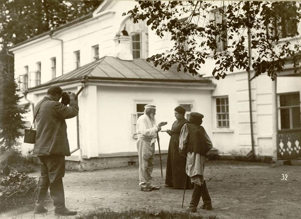 Фотограф Владимир Чертков снимает Толстого с дочерью Александрой, Ясная поляна, май 1908 года