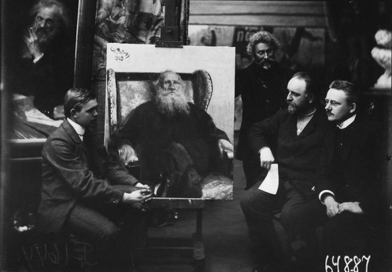 Группа художников у портрета Льва Толстого (фото Карла Буллы, 1909 — 1913 годы)