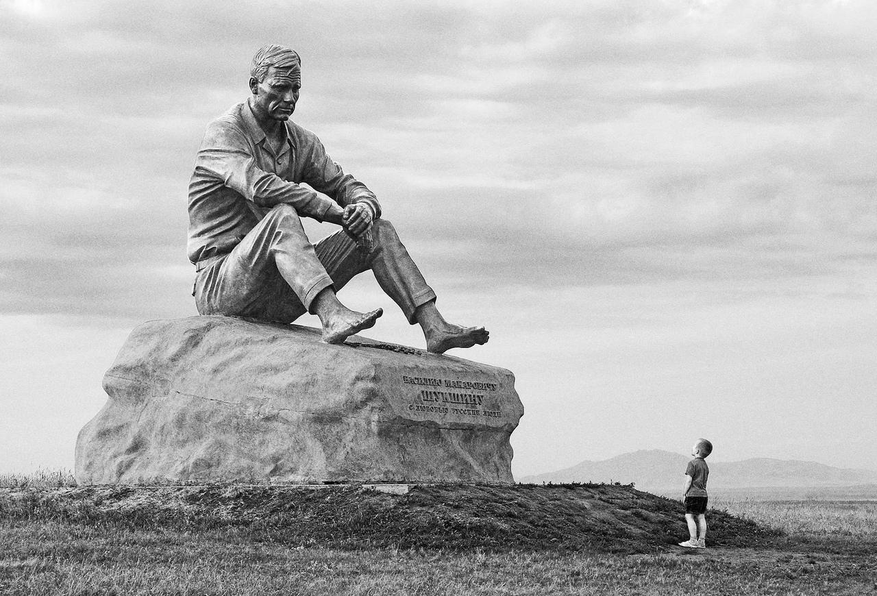 Памятник Василию Макаровичу Шукшину в его родном селе Сростки, Алтайский край